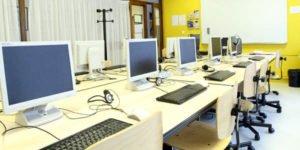 1 salle équipée de 10 ordinateurs - 20m²